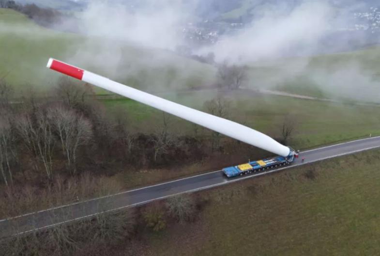 Грузовик перевезлопасть ветрогенератора длиной 67 метров / фото linkedin.com1